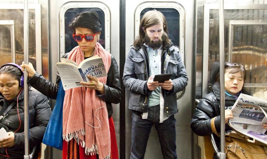 Lectores en el metro de Nueva York