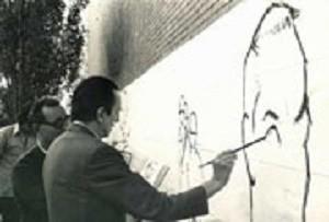 Buero Vallejo pintando un mural.