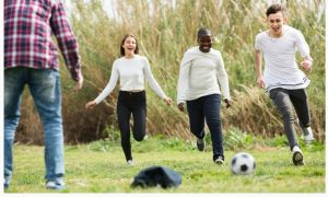Fotografía de jóvenes jugando al fútbol