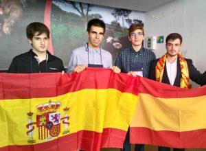 Estudiantes españoles sujetando la bandera de España