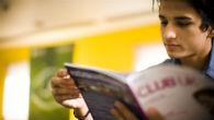 Estudiante leyendo