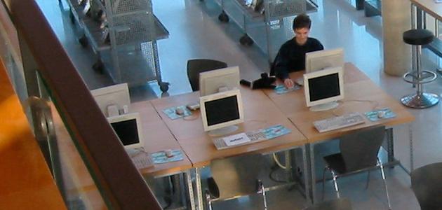 Biblioteca con ordenadores