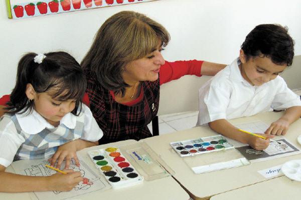 Madre e hijos estudiando