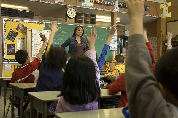 Maestra y alumnos en clase