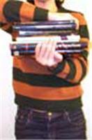 Niño sosteniendo libros