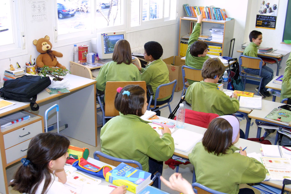 Fotografía de un aula llena de estudiantes